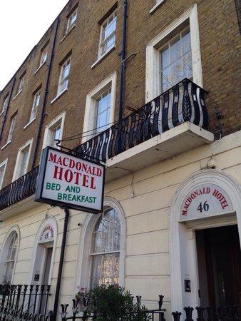 Macdonald Hotel: La facciata dell'albergo.