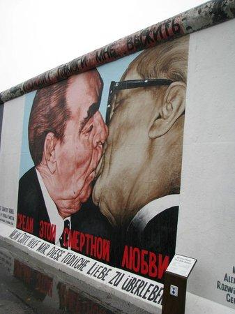 All In Hostel: Берлинская стена