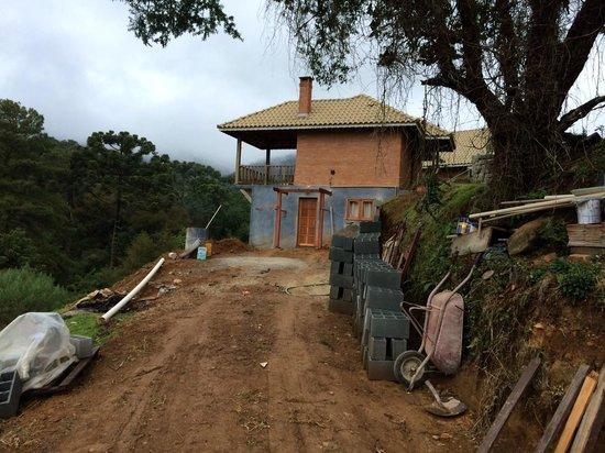 Estalagem Mandeville: Construção abaixo do chalé