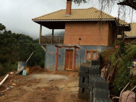 Estalagem Mandeville: Construção abaixo e porta onde ficavam os cachorros