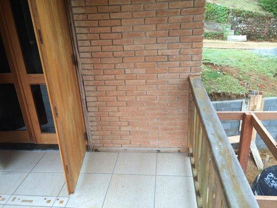 Estalagem Mandeville: Construção vista da sacada do chalé