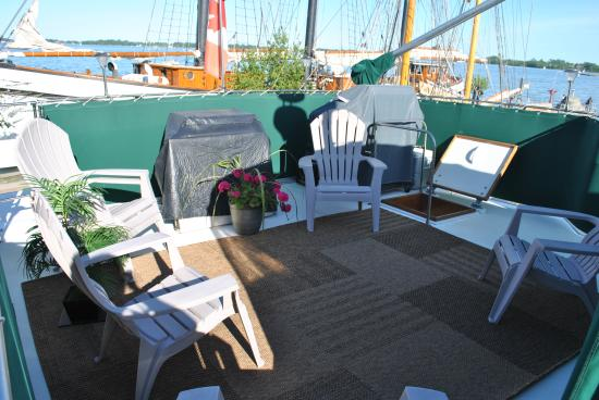 Making Waves Boatel: Photo of the seating on the Skylounge
