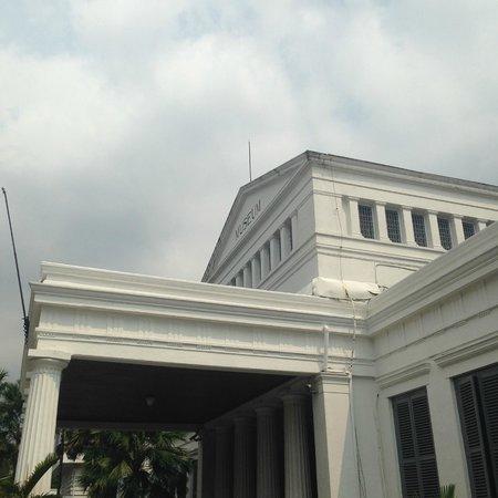 Musée national : Bangunan Museum, peninggalan kolonial Belanda