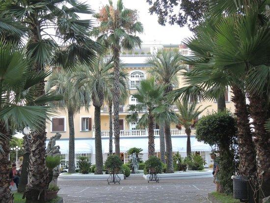 La Medusa Hotel & BoutiqueSpa : allée d'arrivée à l'hotel