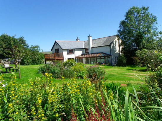 Headgate Farm Bed & Breakfast: Large garden area to the rear of the house with seating area