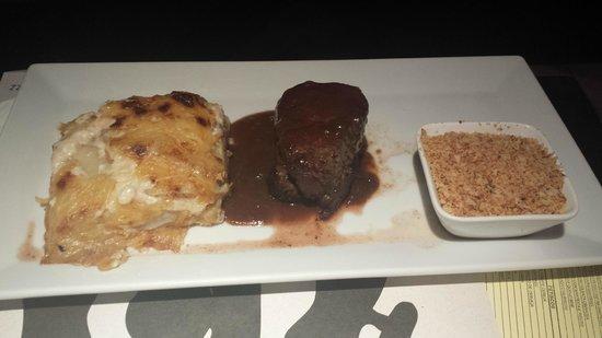 Santo Scenarium Bar e Restaurante: Tornedor com farofa e batatas.