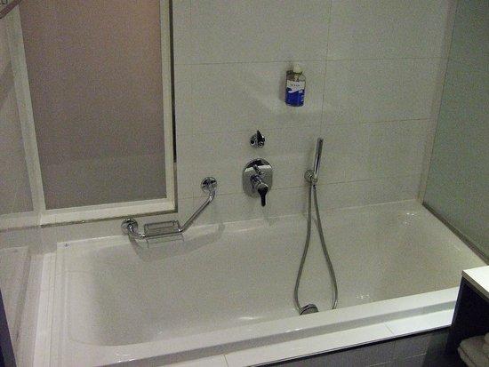 db Seabank Resort + Spa: Clean bathroom