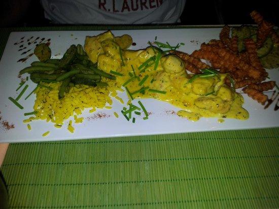Le VERT'ical : Le poulet au curry accompagné de délicieuses frites de patate douce..