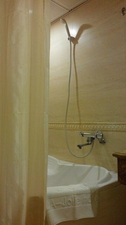 Silverland Jolie Hotel & Spa: Shower / bath
