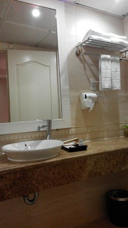 Silverland Jolie Hotel & Spa: Spacious bathroom