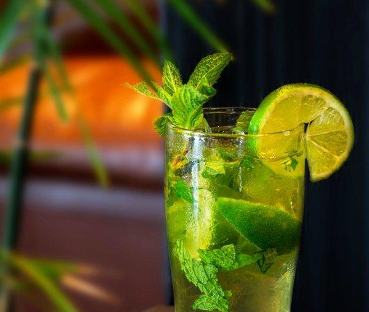Hilton Vancouver Airport: Enjoy a cocktail at CAVU
