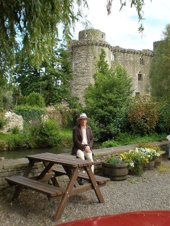 The George at Nunney: Medieval Castle in Nuuney at Frome
