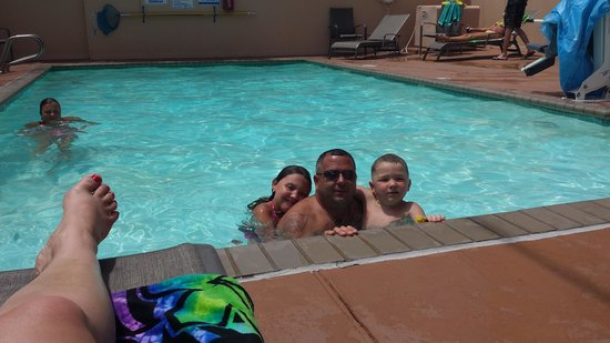 Sundial Inn Motel and Efficiency: dad and kids at pool