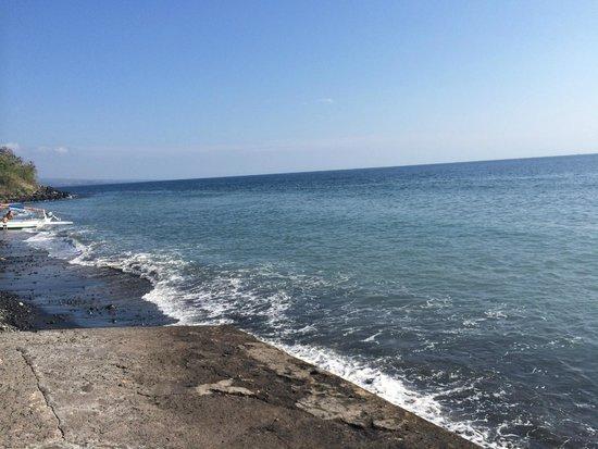 Puri Wirata Dive Resort and Spa Amed: The shoreline