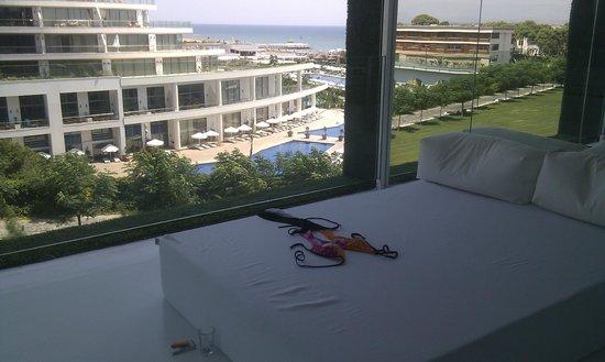 Adam & Eve Hotel: Кровать на балконе
