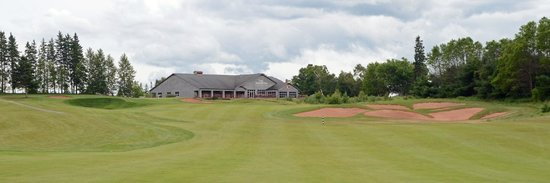 Dundarave Golf Course: Clubhouse from #18