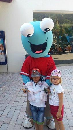 Barcelo Pueblo Menorca: Una delle mascotte che intrattenevano i piccoli prima di lasciare l'albergo