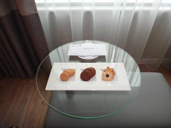Radisson Blu Sky Hotel: Печенье в номере