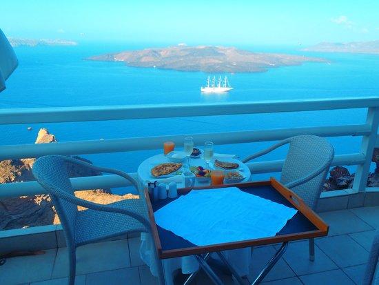Adamant Suites: breakfast is served ��