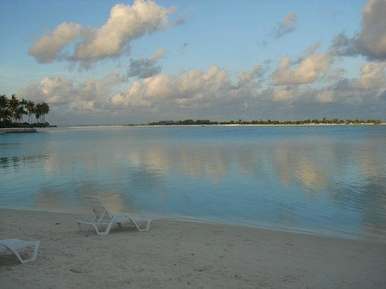 Olhuveli Beach & Spa Resort : White Sandy Beach