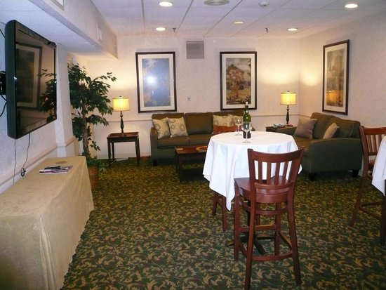 Best Western Plus Murray Hill Hotel & Suites: an Executive Lounge, very comfortable.