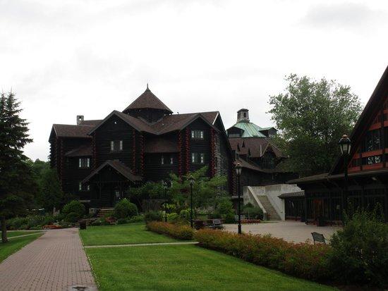 Fairmont Le Chateau Montebello: Hotel depuis jardin