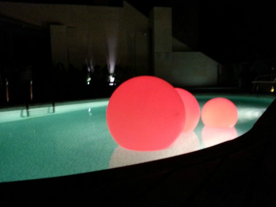 Hotel America Barcelona : Rooftop pool by night