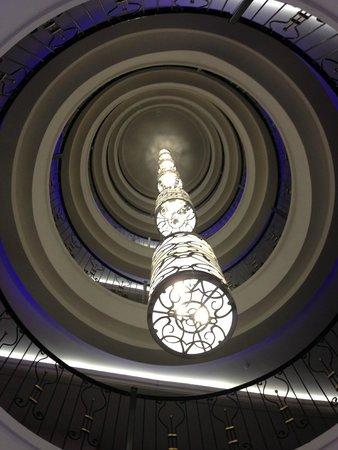 Crystal Sunset Luxury Resort & Spa: Lusters door de verschillende verdiepingen