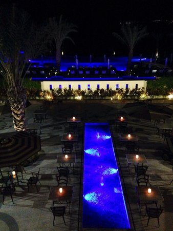 Secrets Puerto Los Cabos Golf & Spa Resort: Pool and outdoor eating are by market cafe