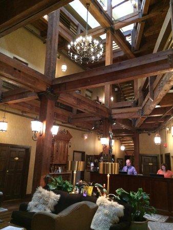 Ansonborough Inn: The incredible exposed beams in the lobby.
