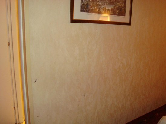 Hotel Viminale: Dirty wall