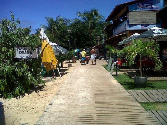 Villa das Pedras Pousada: sendero que atravieza la playa 2 y donde estan todos los restaurantes