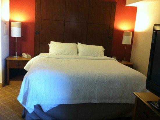 Residence Inn Boston Westford: King bed