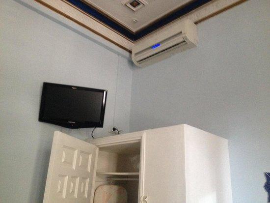 Hostal Center Inn: Tv ed armadio con cassaforte