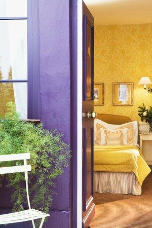 Hotel du Champ de Mars: Entrée par le patio dans la chambre Jacinthe