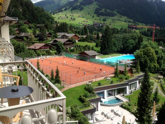 Gstaad Palace Hotel : Aussicht auf Tennisplätze und Pool vom Balkon
