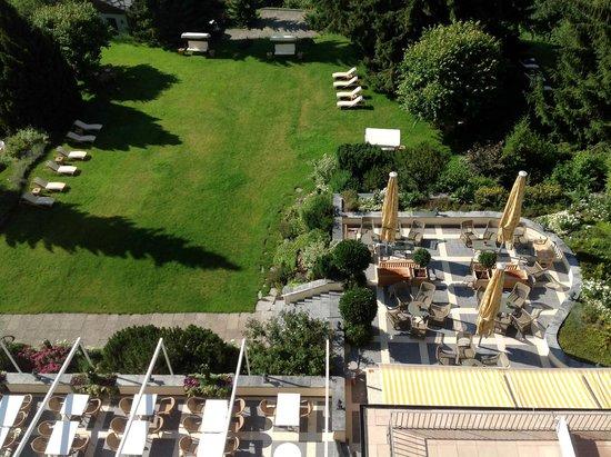 Gstaad Palace Hotel : Aussicht vom Balkon auf Terrasse und Teil des Hotelparks