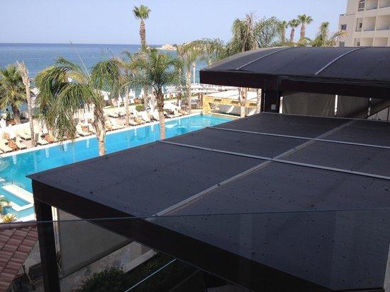 Alexander The Great Beach Hotel: Beperkt zicht op zee (superior kamer) door onderliggend dakterras (kamer151) het duurste kamerty
