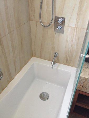 Alexander The Great Beach Hotel : Kleine, gevaarlijke locatie om te douchen