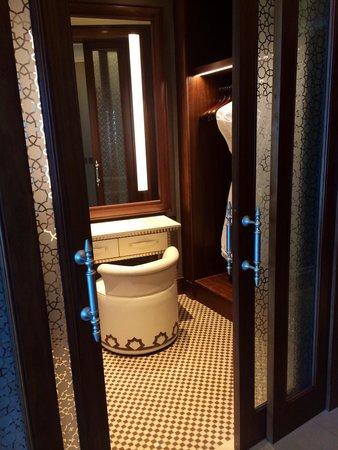 Waldorf Astoria Ras Al Khaimah: Lovely walk in closet with dressing table