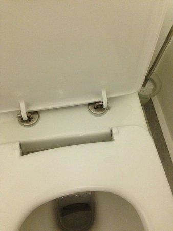 Amathus Beach Hotel Rhodes: Broken bathroom chair