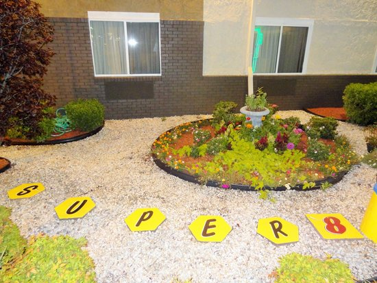 Super 8 South Boston VA: Landscaping