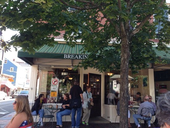 Breaking New Grounds: Wonderful place. We come here once a year for coffee and a muffin. The ambiance of the square is