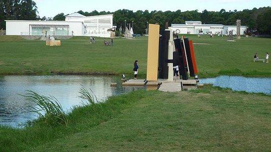 Fundacion Pablo Atchugarry: vista do patio de exposições