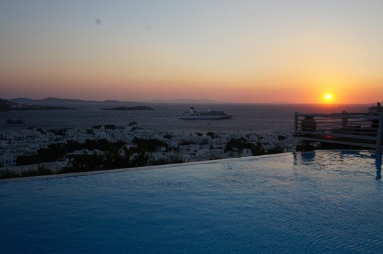 Vencia Hotel: sunset over the swimming pool