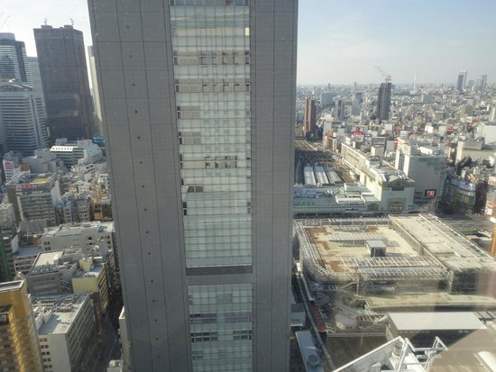 Hotel Century Southern Tower: 正面はJR東日本本社