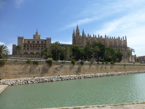 Catedral de Mallorca: Dominates the sea front.
