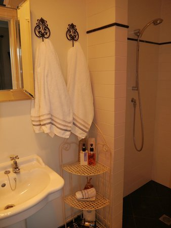 Casa del Mare Boutique Bed & Breakfast: Ensuite shower