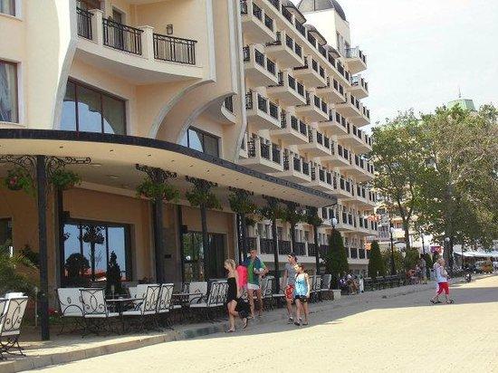 Hotel Admiral Aussenansicht - links befindet sich die Terrasse