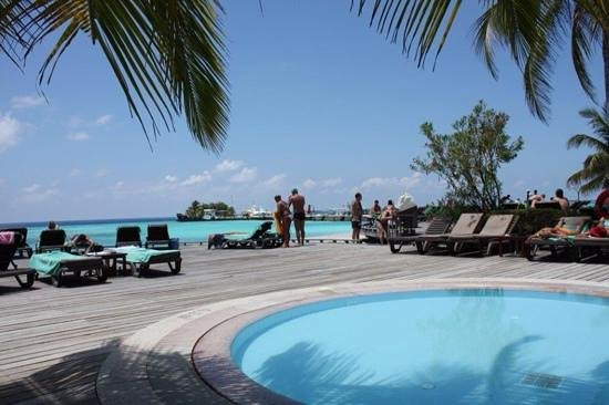 Kuredu Island Resort & Spa: Piscine et plage ...
